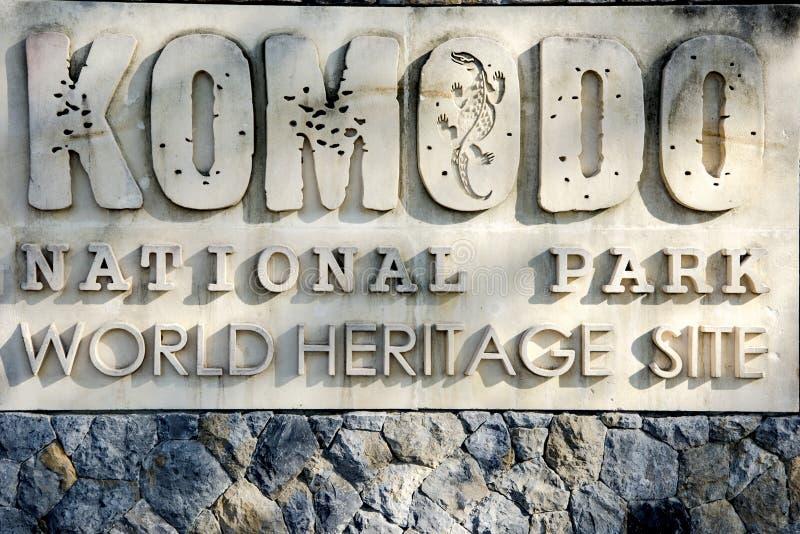Σημάδι στο εθνικό πάρκο Komodo, Ινδονησία, είσοδος στο πάρκο με τους δράκους Komodo στοκ εικόνα