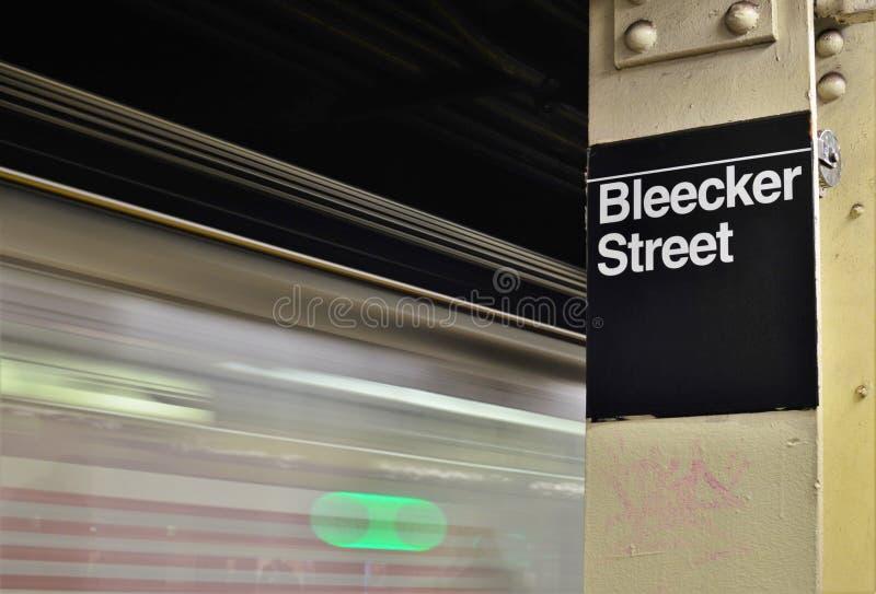 Σημάδι στο κέντρο της πόλης NYC Soho υπογείων πόλεων της Νέας Υόρκης οδών Bleecker στοκ φωτογραφία