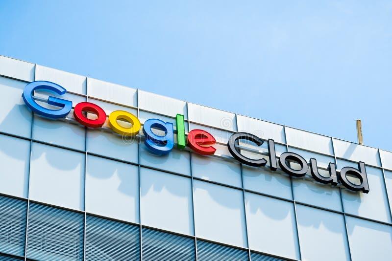 Σημάδι σύννεφων Google πάνω από ένα από τα κτίρια γραφείων τους στοκ φωτογραφία με δικαίωμα ελεύθερης χρήσης