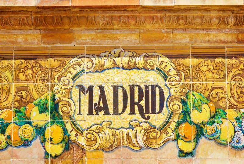 Σημάδι της Μαδρίτης πέρα από έναν τοίχο μωσαϊκών στοκ φωτογραφία