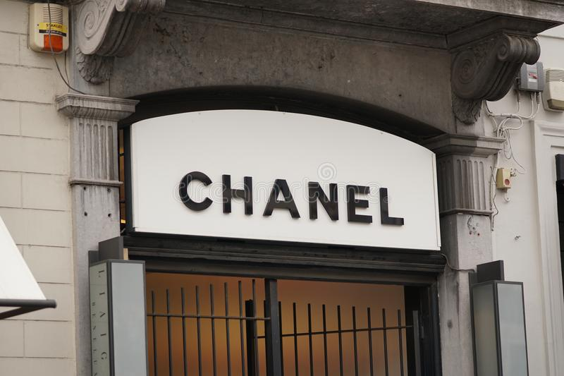 Σημάδι της Chanel έξω από ένα κατάστημα στοκ εικόνα με δικαίωμα ελεύθερης χρήσης