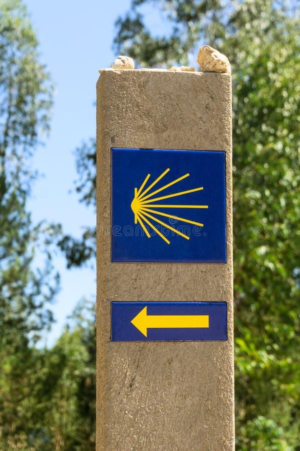 Σημάδι της Shell και βέλος των αρχαίων διαδρομών προσκυνητών στοκ φωτογραφίες