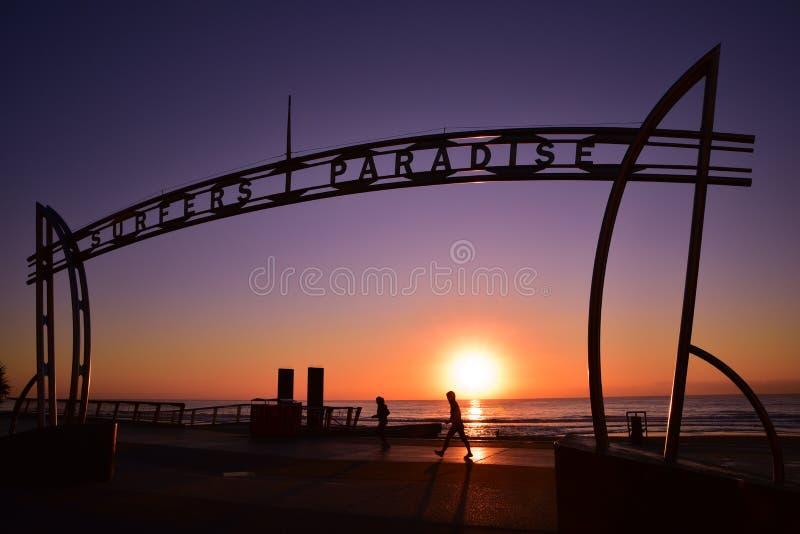 Σημάδι του παραδείσου Surfers στο χρόνο ανατολής στοκ φωτογραφία
