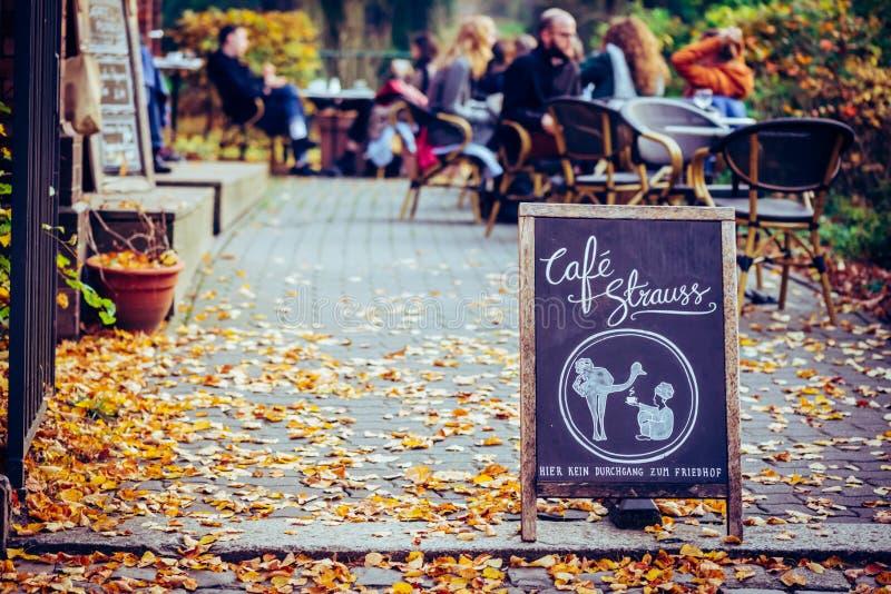 Σημάδι του Στράους καφέδων στην οδό στοκ φωτογραφίες