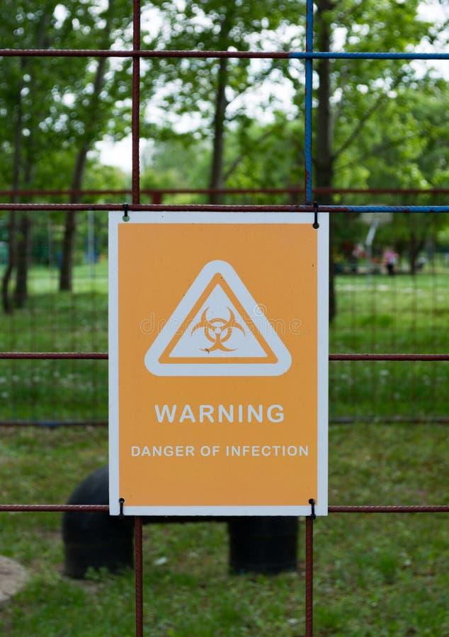 Σημάδι Biohazard με το κείμενο: Προειδοποίηση! Κίνδυνος της μόλυνσης Κίνδυνος ακτινοβολίας προειδοποίησης περισσότερο η προειδοπο στοκ εικόνα με δικαίωμα ελεύθερης χρήσης