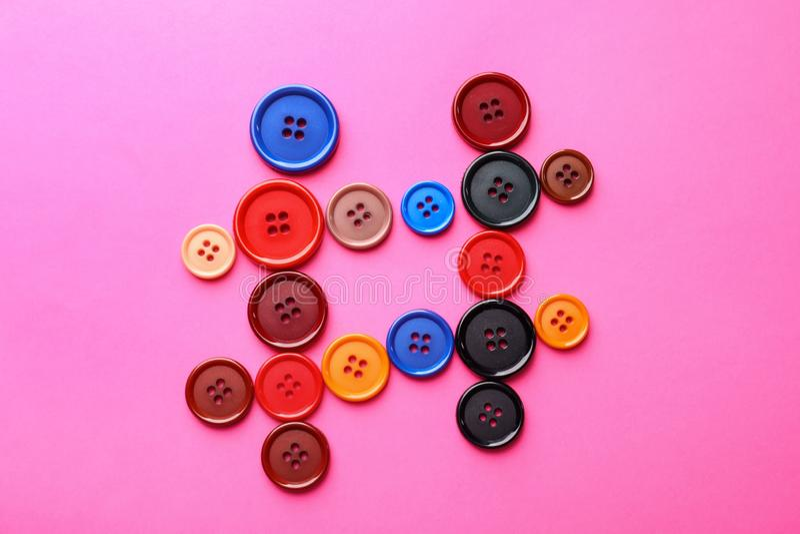 Σημάδι Hashtag φιαγμένο από κουμπιά στο υπόβαθρο χρώματος στοκ εικόνες
