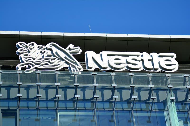 Σημάδι Nestle Πινακίδα Nestle επιχείρησης στοκ φωτογραφίες