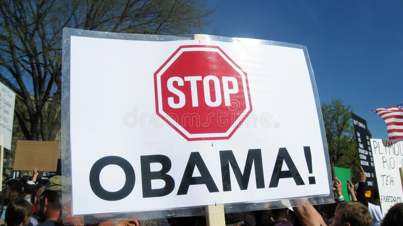 Σημάδι Obama στάσεων στη συνάθροιση στοκ εικόνα με δικαίωμα ελεύθερης χρήσης
