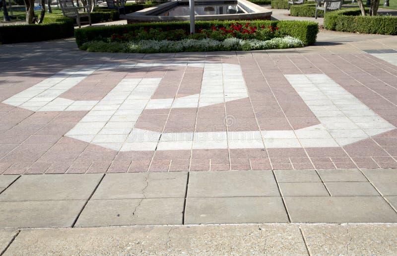Σημάδι OU στο αναμνηστικό έδαφος ΗΠΑ σταδίων της Οκλαχόμα στοκ εικόνες