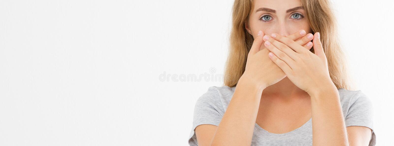 Σημάδι Shhh εικόνας εμβλημάτων Νέα γυναίκα που παρουσιάζει shh χειρονομία για να κρατήσει έναν σιωπηλό Το κορίτσι στην μπλούζα κρ στοκ φωτογραφία με δικαίωμα ελεύθερης χρήσης