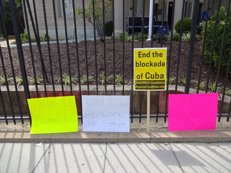 Σημάδια διαμαρτυρίας στην κουβανική πρεσβεία στοκ εικόνες με δικαίωμα ελεύθερης χρήσης