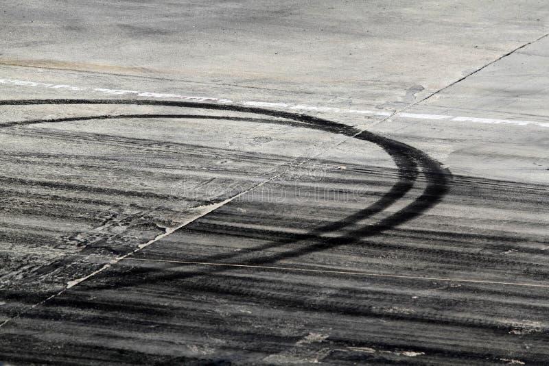 Σημάδια ροδών στην οδική διαδρομή στοκ εικόνες