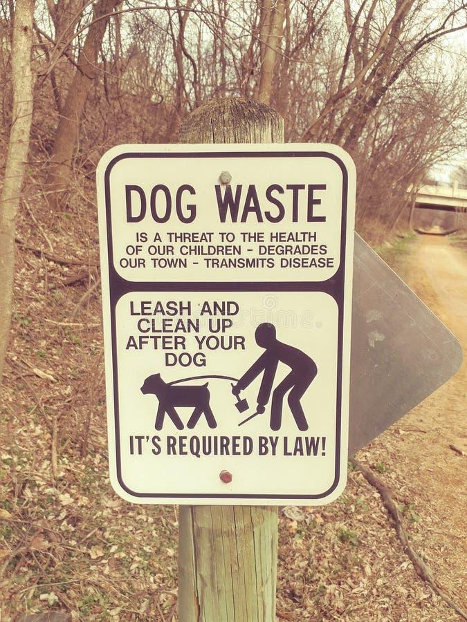 Σημάδι αποβλήτων σκυλιών στο ίχνος στοκ εικόνα