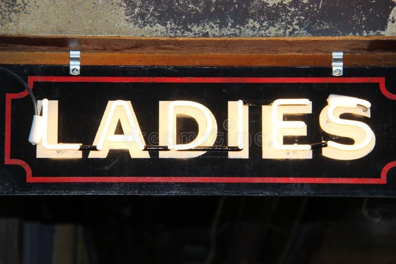 Σημάδι γυναικείου αναδρομικό φωτισμού παλαιό στοκ εικόνα