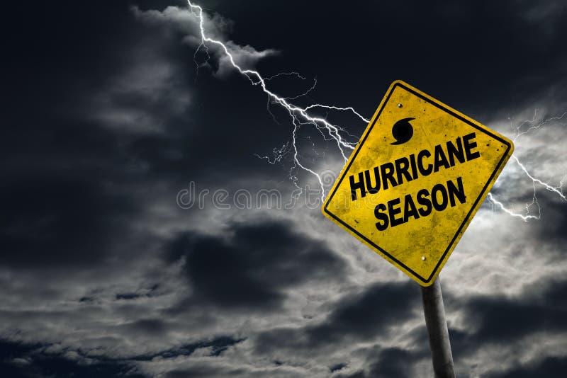 Σημάδι εποχής τυφώνα με το θυελλώδες υπόβαθρο στοκ εικόνα