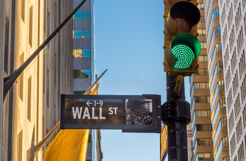 Σημάδι και πράσινο φως Γουώλ Στρητ στοκ φωτογραφία