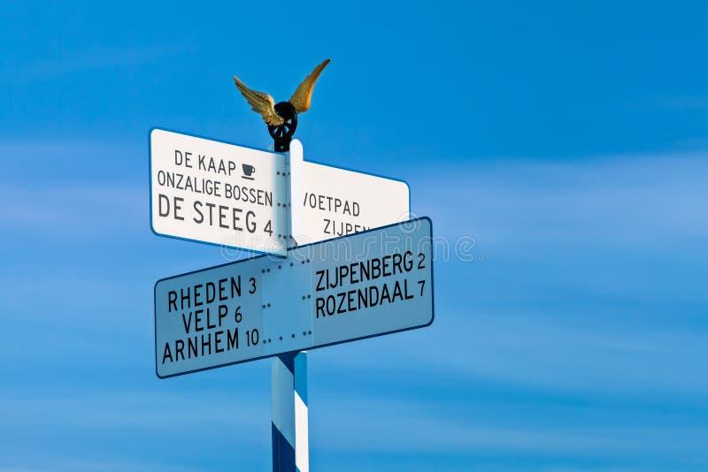 Σημάδι κατεύθυνσης πάνω από το διάσημο ολλανδικό Posbank στοκ φωτογραφία με δικαίωμα ελεύθερης χρήσης