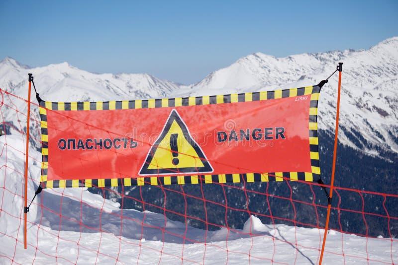 Σημάδι κινδύνου χιονοστιβάδων στο χιόνι, χειμερινά βουνά στοκ εικόνες