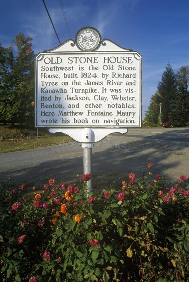Σημάδι κοντά στο παλαιό πέτρινο σπίτι στη κομητεία Fayette, U S Εθνική οδός 60, WV στοκ φωτογραφίες με δικαίωμα ελεύθερης χρήσης