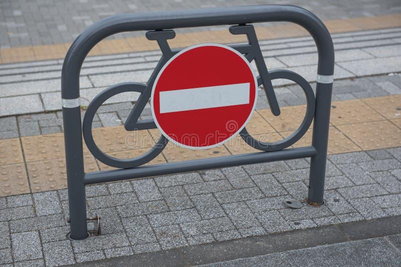 Σημάδι κυκλοφορίας ενάντια σε κόκκινο και το λευκό καμία είσοδος για τα ποδήλατα στοκ εικόνες με δικαίωμα ελεύθερης χρήσης