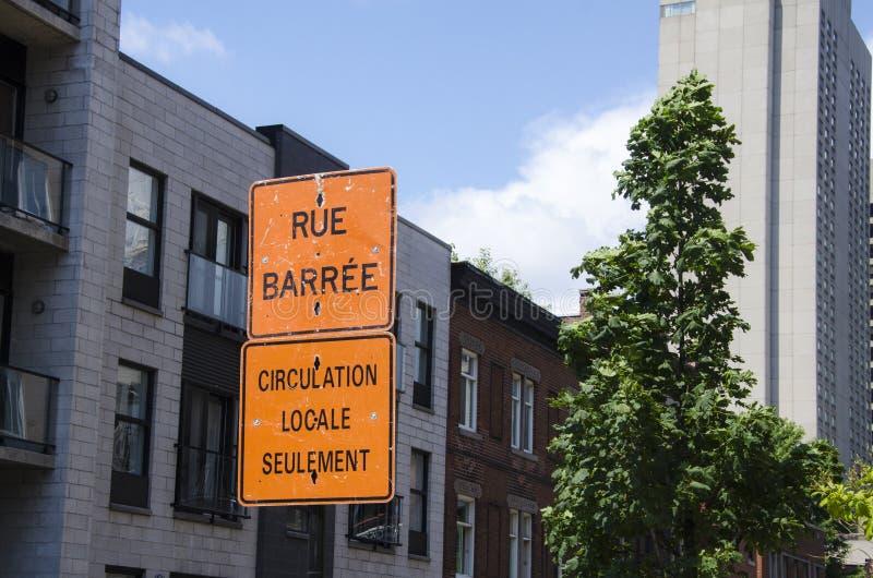 Σημάδι κυκλοφορίας προειδοποίησης για τις οικοδομές στην οδό σε Mon στοκ εικόνες