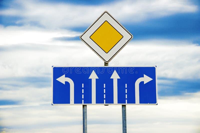 Σημάδι κύριου δρόμου και τεσσάρων περιοχών στοκ εικόνες