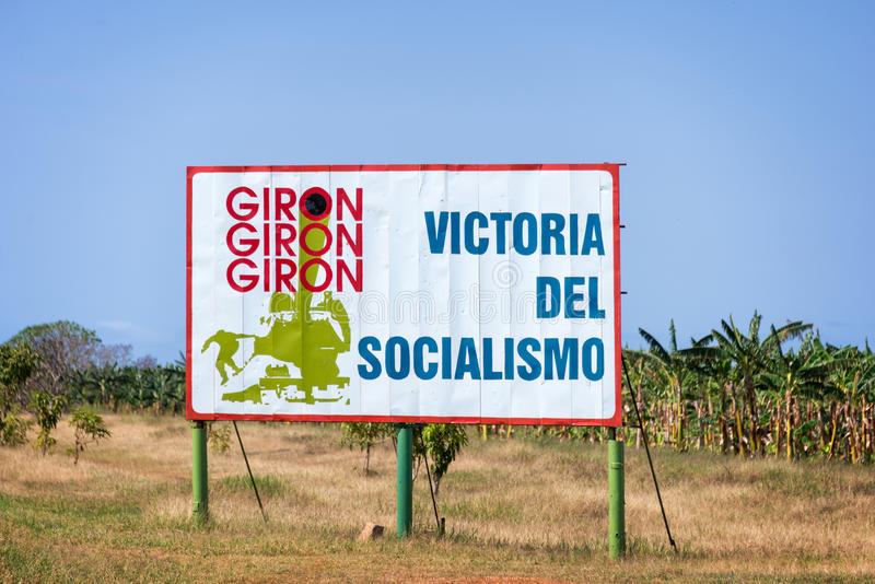 Σημάδι με το κείμενο που σημαίνει «τη νίκη του σοσιαλισμού» στο δρόμο σε Playa Giron, στην Κούβα στοκ εικόνες