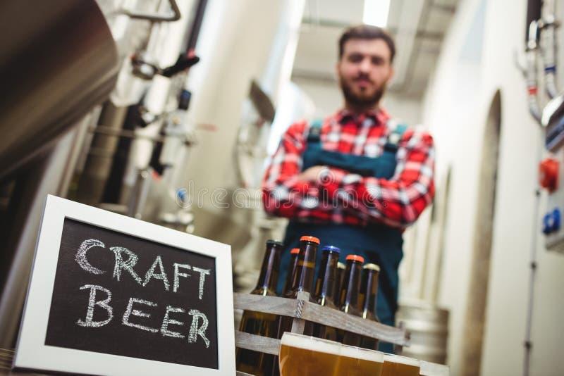 Σημάδι μπύρας τεχνών με τον κατασκευαστή στο ζυθοποιείο στοκ φωτογραφία