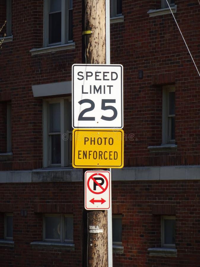 Σημάδι ορίου ταχύτητας στην πόλη στοκ εικόνα με δικαίωμα ελεύθερης χρήσης