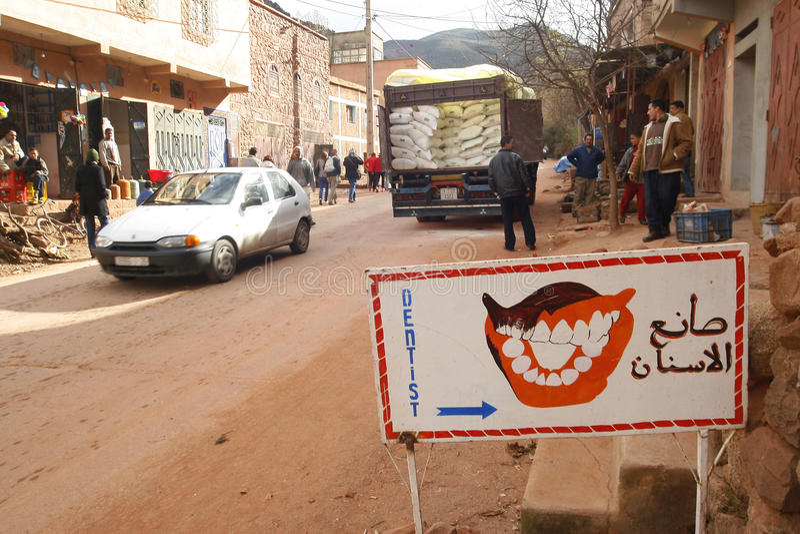Σημάδι οδοντιάτρων σε ένα μικρό χωριό κοντά στον άτλαντα στο Μαρόκο στοκ φωτογραφία με δικαίωμα ελεύθερης χρήσης