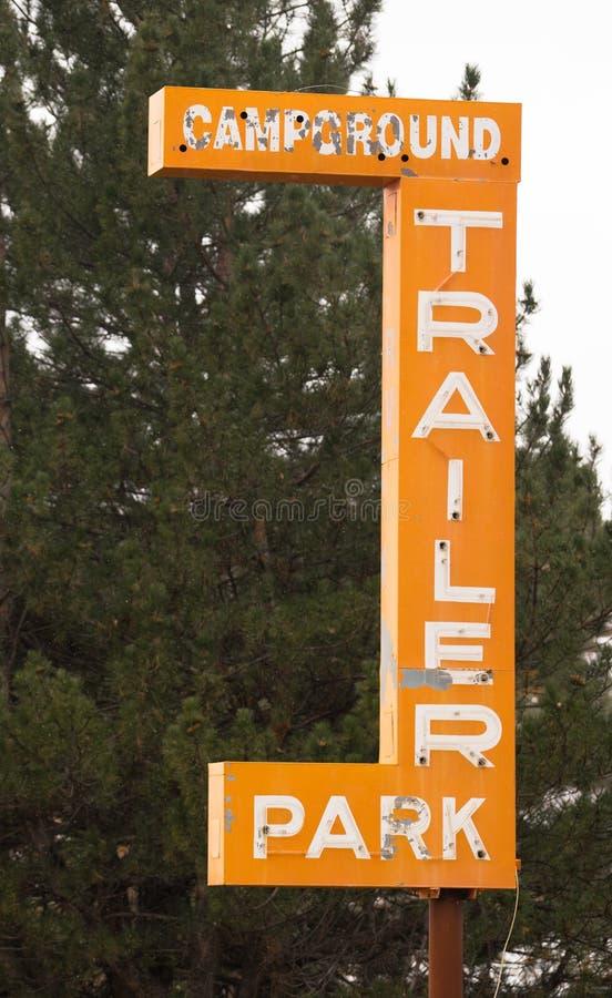 Σημάδι πάρκων ρυμουλκών Campground που διαφημίζει στην ερείπωση στοκ φωτογραφίες