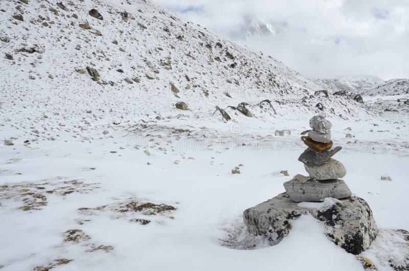 Σημάδι πορειών στο οδοιπορικό στρατόπεδων βάσεων Everest σε μια ελαφριά ομίχλη, Ιμαλάια, Νεπάλ στοκ εικόνες