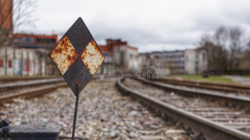 Σημάδι σιδηροδρόμου στις διαδρομές σιδηροδρόμων στοκ φωτογραφία με δικαίωμα ελεύθερης χρήσης