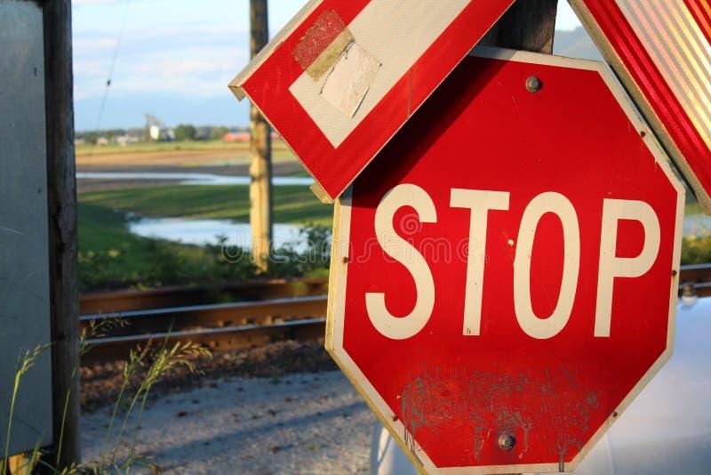 Σημάδι στάσεων στο σιδηρόδρομο στοκ φωτογραφία με δικαίωμα ελεύθερης χρήσης