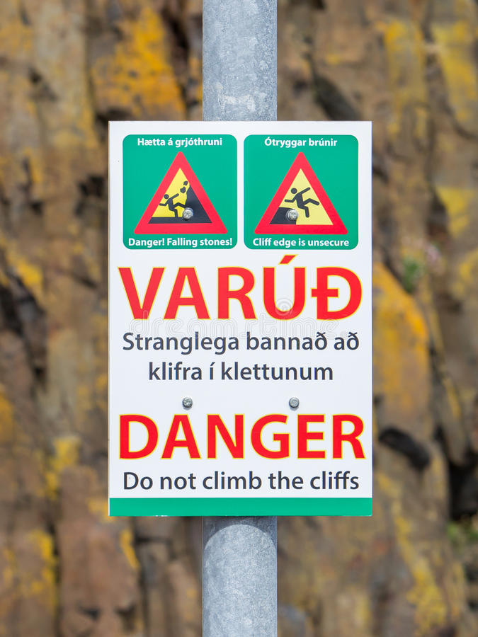 Σημάδι στην Ισλανδία που προειδοποιεί για τους επικίνδυνους απότομους βράχους στοκ φωτογραφία