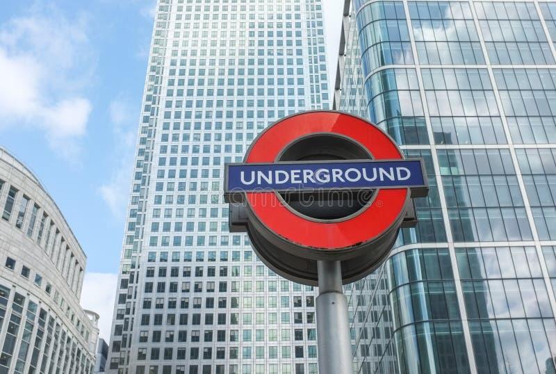 Σημάδι σωλήνων Μετρό του Λονδίνου και σύγχρονη αρχιτεκτονική στοκ εικόνα με δικαίωμα ελεύθερης χρήσης