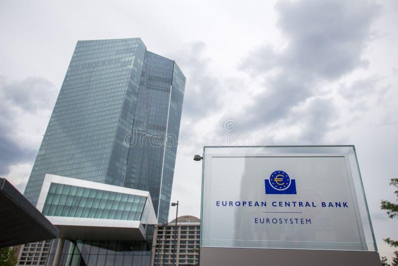 Σημάδι της νέας Ευρωπαϊκής Κεντρικής Τράπεζας στη Φρανκφούρτη Γερμανία στοκ εικόνα