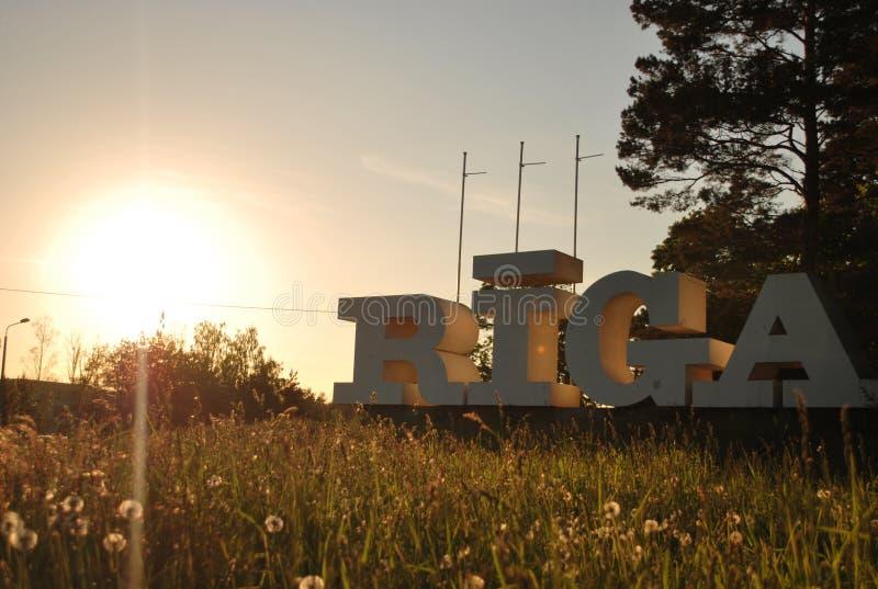 Σημάδι της πόλης Ρήγα στο ηλιοβασίλεμα στοκ εικόνες
