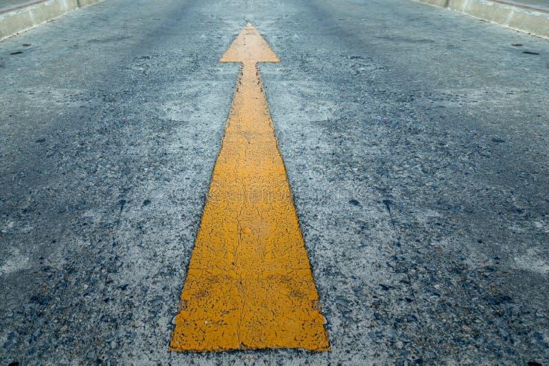 Σημάδι του διαβιβασμένου κίτρινου βέλους στον ηγέτη οδικών επιχειρήσεων συμπυκνωμένο στοκ φωτογραφία