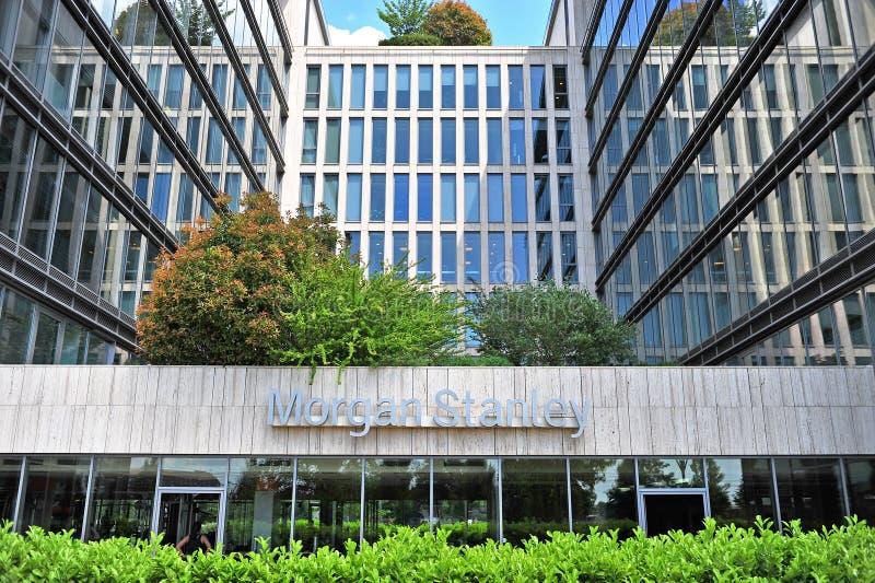Σημάδι του Morgan Stanley στην πρόσοψη ενός κτιρίου γραφείων στοκ φωτογραφία