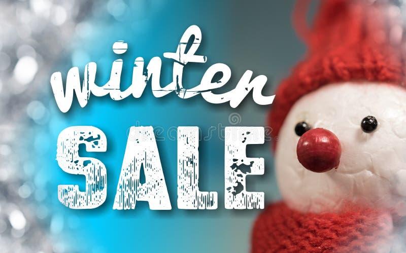 Σημάδι χειμερινής πώλησης με το χαριτωμένο χιονάνθρωπο στοκ εικόνα