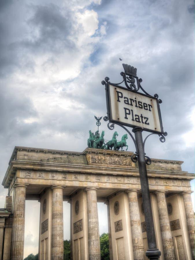 Σημάδι Platz Pariser στην πύλη του Βερολίνου και Brandenburger στοκ φωτογραφίες
