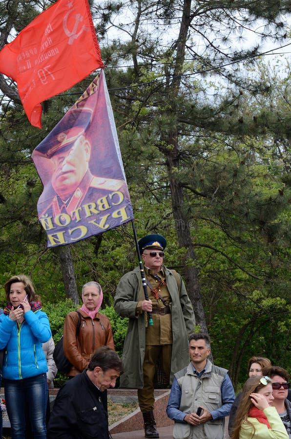 Σημαία λαβής ατόμων με το πορτρέτο του Joseph Στάλιν κατά τη διάρκεια του εορτασμού της ημέρας νίκης στοκ φωτογραφίες με δικαίωμα ελεύθερης χρήσης