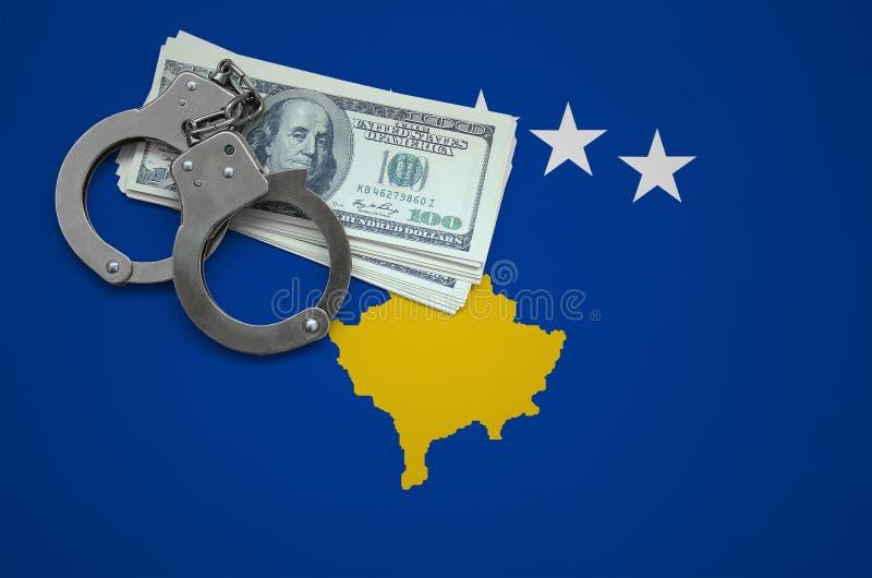 Σημαία Κοσόβου με τις χειροπέδες και μια δέσμη των δολαρίων Η έννοια της παράβασης του νόμου και των εγκλημάτων κλεφτών στοκ φωτογραφία με δικαίωμα ελεύθερης χρήσης