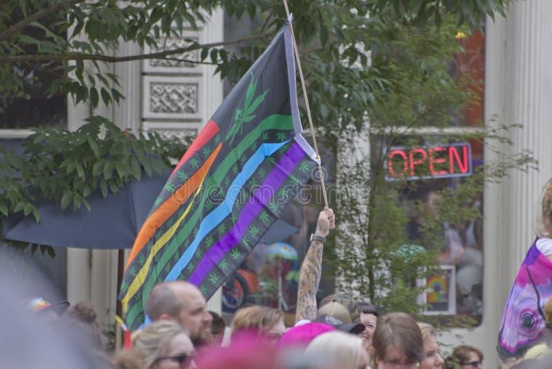 Σημαία μαριχουάνα στην ομοφυλοφιλική παρέλαση υπερηφάνειας στο Πόρτλαντ Όρεγκον στοκ φωτογραφία
