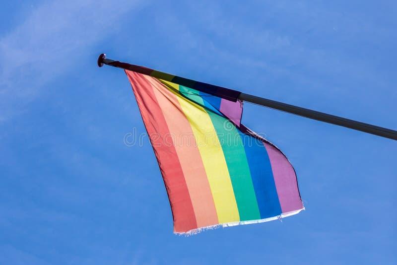 Σημαία ουράνιων τόξων κατά τη διάρκεια της υπερηφάνειας του Άμστερνταμ στοκ φωτογραφία