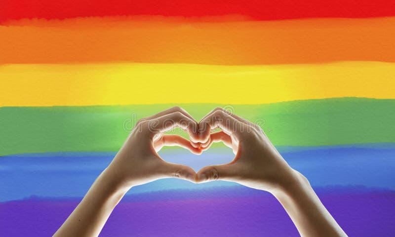 Σημαία ουράνιων τόξων, χέρι που παρουσιάζει σύμβολο καρδιών στοκ φωτογραφίες με δικαίωμα ελεύθερης χρήσης