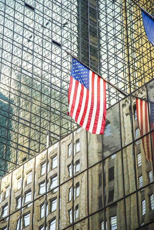 Σημαία στους ουρανοξύστες της πόλης της Νέας Υόρκης στοκ φωτογραφίες
