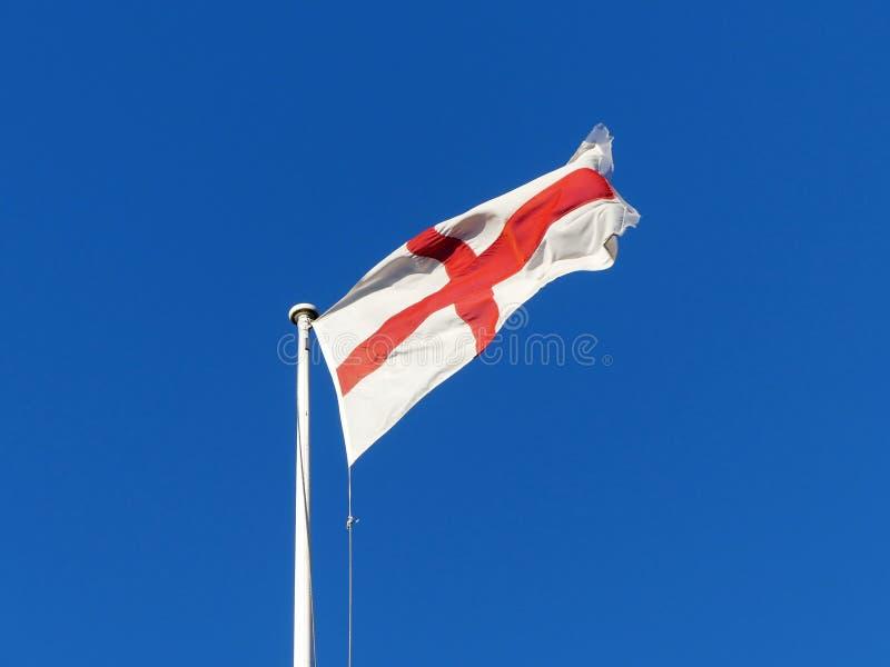 Σημαία της Αγγλίας που πετά από το κοντάρι σημαίας στοκ φωτογραφία με δικαίωμα ελεύθερης χρήσης