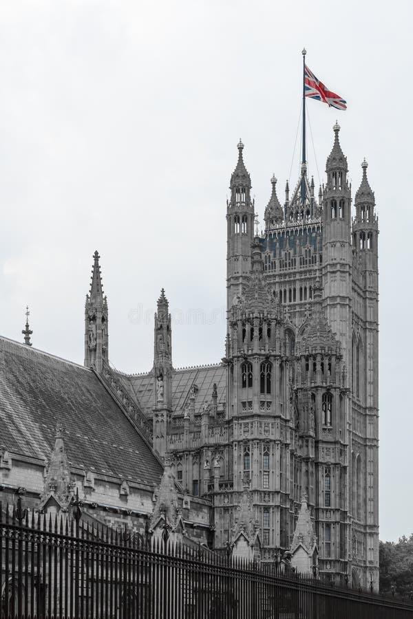 Σημαία της Αγγλίας πάνω από την οικοδόμηση Ζωηρόχρωμη σημαία της Αγγλίας στο antiqu στοκ εικόνες